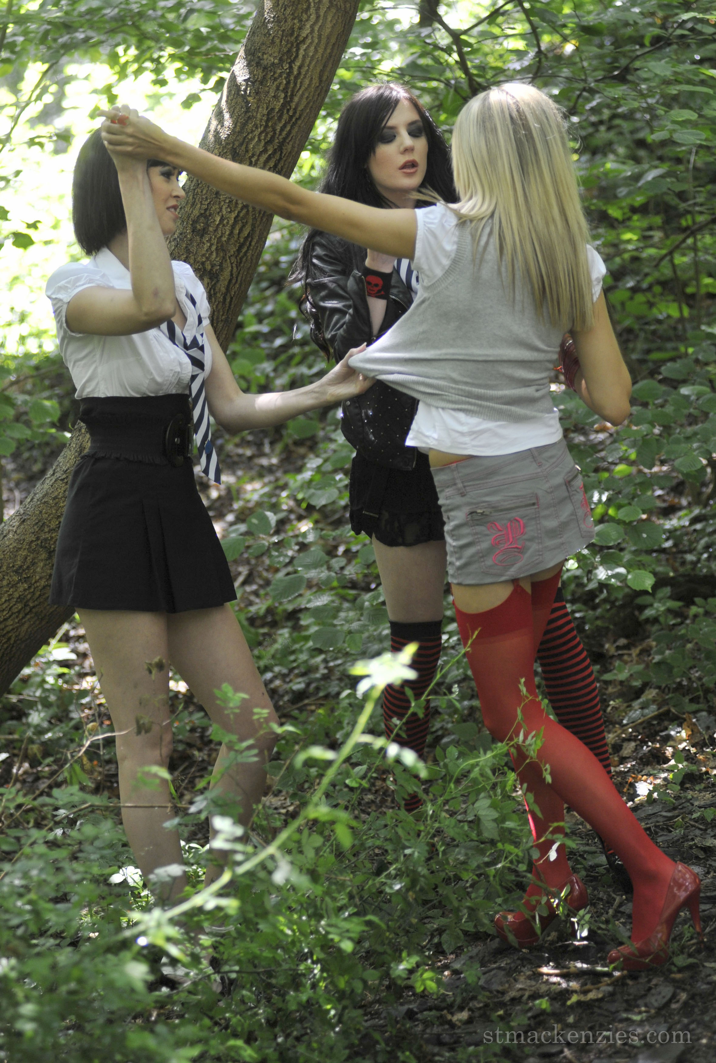 Фото связанная в лесу 7 фотография